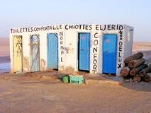 Comfortabel toilet in de woestijn - Chott Gr Djerid Gr-Jerid, Tunesië royalty-vrije stock afbeeldingen