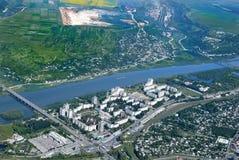 Comfortabel weinig moderne stad op de rivierbank Airview stock foto