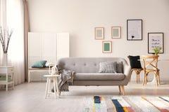Comfortabel woonkamerbinnenland met bank stock fotografie