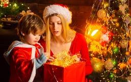 Comfortabele avond thuis Mamma en jong geitje de vooravond van spel samen Kerstmis Gelukkige Familie Moeder en weinig zoon vriend royalty-vrije stock afbeeldingen