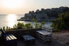 Comfortabele bar met de mening over Stari Grad Ulcinj, Montenegro Stock Afbeelding