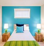 Comfortabele blauwe en groene slaapkamer Binnenlands ontwerp Royalty-vrije Stock Afbeeldingen