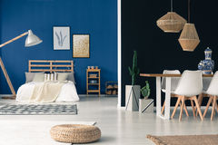 Comfortabele blauwe studio royalty-vrije stock fotografie