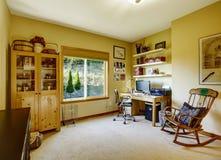 Comfortabele bureauruimte met schommelstoel Royalty-vrije Stock Foto's