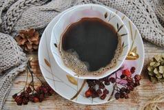 Comfortabele de winterkoffie Porseleinkop met zwarte koffie op een achtergrond van oude houten raad royalty-vrije stock fotografie