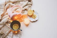 Comfortabele de winterochtend thuis Hete thee met citroen, gebreide sweaters en moderne binnenlandse details Vlak leg stilleven Stock Afbeeldingen