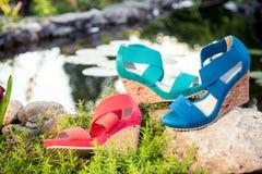 Comfortabele de zomersandals op aard royalty-vrije stock foto's
