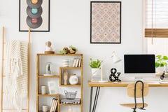 Comfortabele deken op een ladder, een houten boekenkast met decoratie en royalty-vrije stock fotografie