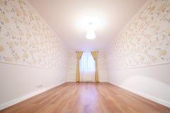 Comfortabele en eenvoudige ruimte met venster met gordijnen Royalty-vrije Stock Foto's