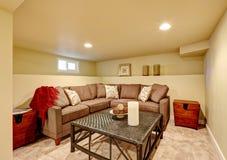 Comfortabele familieruimte met comfortabele bank en rieten lijst Royalty-vrije Stock Afbeeldingen