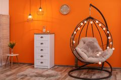 Comfortabele hangende stoel in modern ruimtebinnenland stock fotografie