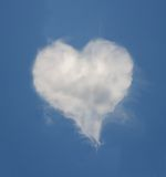 Comfortabele hart gevormde wolk stock fotografie