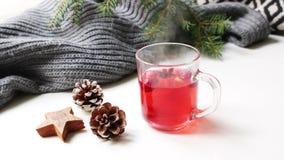 Comfortabele het ontbijtscène van de Kerstmisochtend Stomend glaskop van hete fruit rode thee die zich dichtbij bevinden Denneapp stock videobeelden