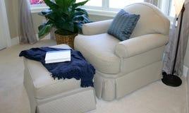 Comfortabele Hoek met Leunstoel Royalty-vrije Stock Afbeeldingen