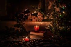 Comfortabele huisatmosfeer van de avond door de open haard De vakantie van het Kerstmisnieuwjaar royalty-vrije stock afbeeldingen