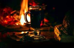 Comfortabele huisatmosfeer van de avond door de open haard De vakantie van het Kerstmisnieuwjaar royalty-vrije stock fotografie