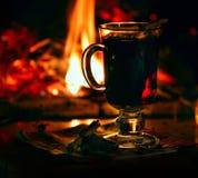 Comfortabele huisatmosfeer van de avond door de open haard De vakantie van het Kerstmisnieuwjaar stock afbeelding