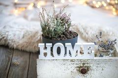 Comfortabele huissamenstelling op houten achtergrond stock fotografie