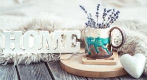 Comfortabele huissamenstelling op houten achtergrond stock foto's