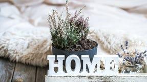 Comfortabele huissamenstelling op houten achtergrond stock afbeelding
