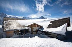 Comfortabele hut in hoogste bergen. Royalty-vrije Stock Afbeeldingen