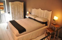 Comfortabele Italiaanse de stijlslaapkamer van het land stock afbeeldingen