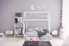 Comfortabele kinderen` s slaapkamer in Skandinavische stijl met diy toebehoren Royalty-vrije Stock Fotografie