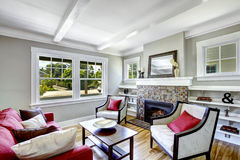 Comfortabele kleine woonkamer met open haard Stock Fotografie