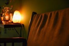 Comfortabele leunstoel en een fles whisky Royalty-vrije Stock Fotografie