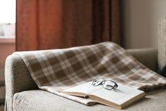 Comfortabele lezing een boek Avond of ochtendtijd Levensstijlconcept Stock Afbeelding