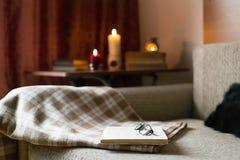 Comfortabele lezing een boek Avond of ochtendtijd Levensstijlconcept Stock Afbeeldingen