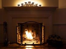 Comfortabele open haard met het branden van brand Royalty-vrije Stock Foto's