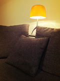 Comfortabele oranje lamp en comfortabele bank Stock Foto's