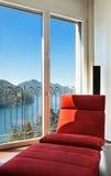 Comfortabele rode leunstoel Stock Afbeeldingen