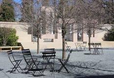 Comfortabele rust plaats met lijsten en stoelen Royalty-vrije Stock Afbeelding