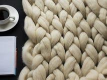 Comfortabele samenstelling, algemene, warme en comfortabele atmosfeer van de close-up de merinoswol Brei achtergrond Stock Afbeelding