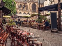 Comfortabele straat met lijsten van koffie in Parijs stock afbeelding