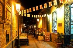 Comfortabele straat in Tbilisi met straatkoffie stock afbeelding