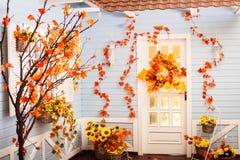 Comfortabele werf van landelijk huis met blauwe muren en wit venster in aut Royalty-vrije Stock Fotografie