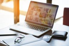 Comfortabele werkende plaats Close-up van comfortabele werkende plaats in bureau met houten lijst en laptop die op het leggen royalty-vrije stock afbeelding