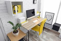 Comfortabele werkplaats met computer op bureau royalty-vrije stock afbeelding