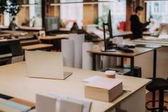 Comfortabele werkplaats met witte notitieboekje, documenten en koffie royalty-vrije stock foto
