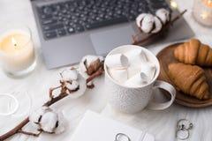 Comfortabele witte het werkruimte van de winterbloggers met laptop, koffie met m stock foto's
