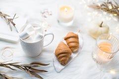 Comfortabele witte het werkruimte van de winterbloggers met laptop, koffie met m royalty-vrije stock foto's