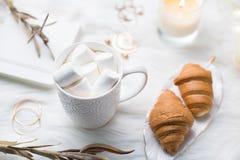 Comfortabele witte het werkruimte van de winterbloggers met laptop, koffie met m stock afbeeldingen