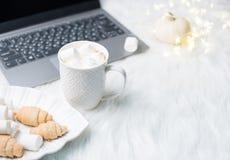 Comfortabele witte het werkruimte van de winterbloggers met laptop, koffie met m stock foto