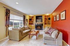 Comfortabele woonkamer met de muren van de contrastkleur Royalty-vrije Stock Foto's