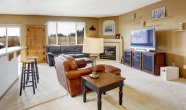 Comfortabele woonkamer met open haard en leerlaag Royalty-vrije Stock Afbeeldingen