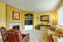 Comfortabele woonkamer met open haard en leerleunstoelen Royalty-vrije Stock Afbeelding