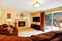 Comfortabele woonkamer met open haard en stakingsdek Royalty-vrije Stock Foto's